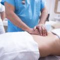 Dottore controlla paziente con presunta appendicite